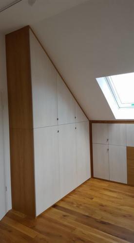 Schlafzimmerschrank in Dachschräge